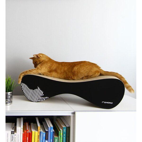 myKotty VIGO scratcher duurzaam kartonnen krabmeubel voor katten zwart kat slaapt